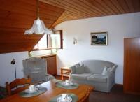 Wohnzimmer mit Sofa und Esstisch - Bild 7: Traumhafte Bodensee Ferienwohnung - Wilhelmina Hangarter